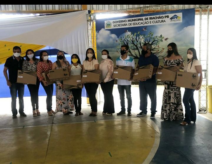 Excelentíssima Prefeita realizou  entrega de Notebooks para rede Municipal  de Ensino na Jornada Pedagógica