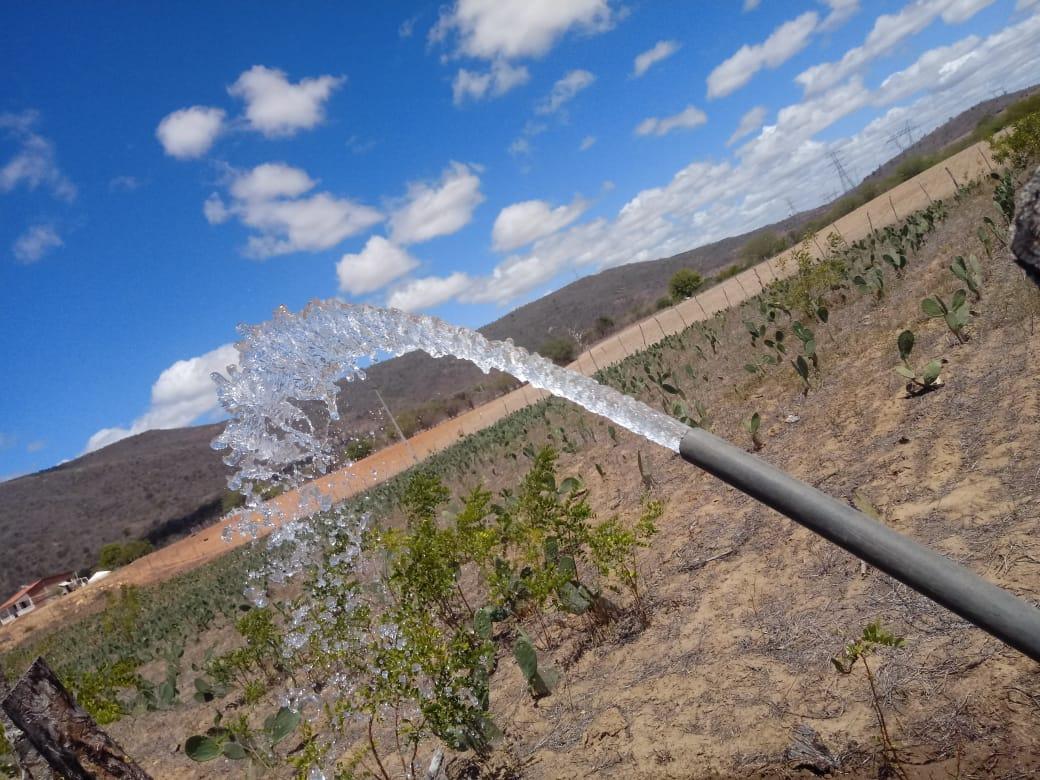 Jorrar água na comunidade Salgado